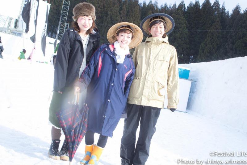 ▲お揃いの笠と帽子がとてもキュートな3人組。待望の青空とともに最高の笑顔をいただきました!