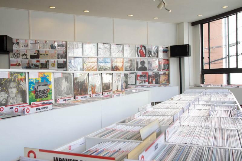 店内には大量のレコード。お気に入りの1枚を探してみよう