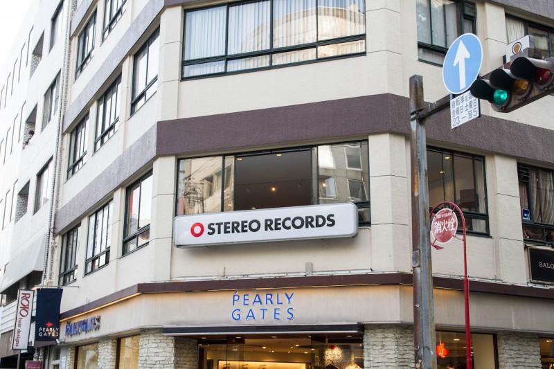 並木通りのビル2階。広島カープと同じ(?)真っ赤なロゴが目印!