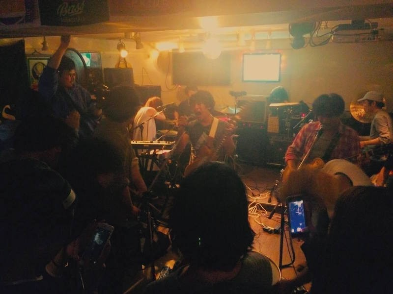 バンドセットでのライブも楽しめます (Photo by きりまい)