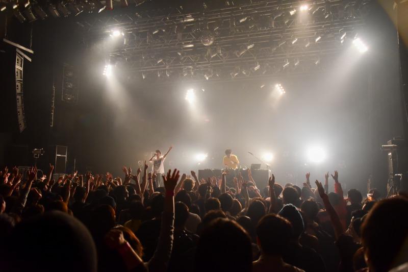 group_inou 軽快なダンスサウンドに会場は一気にダンスフロアになっていく Photo by あきやましほ