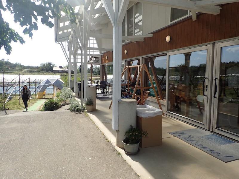 ぶどう園に併設されたカフェ・レストランでは美味しいワインと食事が堪能できます♩