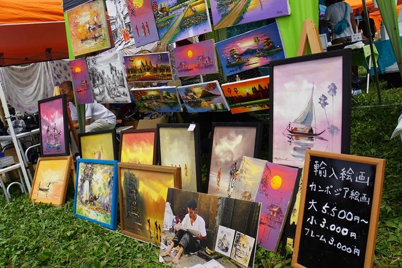 カンボジアから買い付けてきた絵画の販売も。他にも旅関連のグッズが多数販売されていました