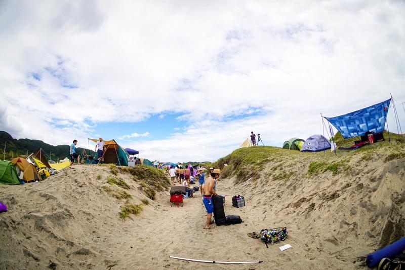 砂浜のすぐ横のエリアがテントサイトになっています。