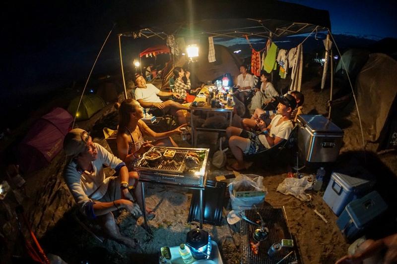夜は気の知れた仲間たちとお酒を飲みながらワイワイと。キャンプの醍醐味ですね